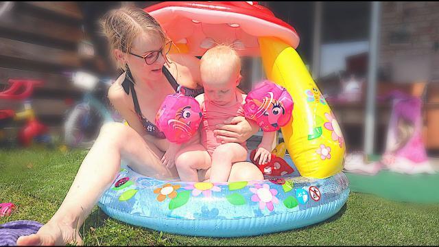 LUXY VOOR HET EERST MET ZWEMBANDJES  ( + zwemles) | Bellinga Familie Vloggers 1380