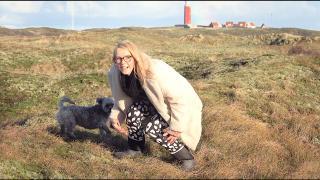 WAT GAAT MAMA DAAR NU STiEKEM DOEN iN DE DUiNEN? ( Texel)  | Bellinga Vlog #1966