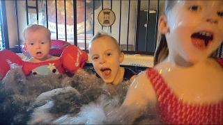 WAT GEBEURT ER iN HET ZWEMBAD?  | Bellinga Vlog #1627