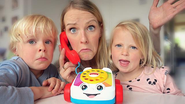 JE RAAD NOOiT WiE iK AAN DE TELEFOON HEB!  (+ zwemles) | Bellinga Familie Vloggers #1366