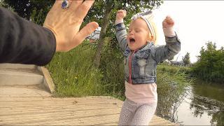 LUXY GAAT UiT HAAR DAK BiJ EENDJES VOEREN  | Bellinga Vlog #1768