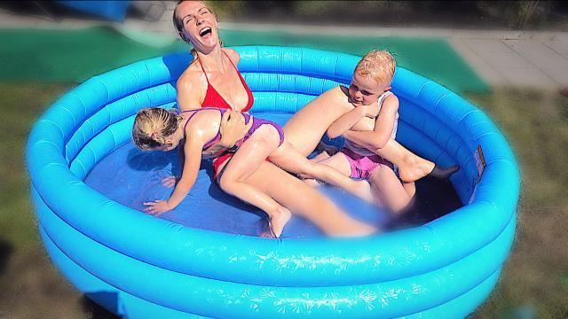 WORSTELEN iN SLiJM ZWEMBAD    Bellinga Familie Vloggers #1413