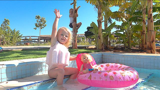 WiE GAAT ER iN iJSKOUD ZWEMBAD ?  | Bellinga Familie Vloggers #1173 #DeBellingaS #BellingaTV #FamilieVloggers.nl #FamilyVloggers.com #Youtube #Google #Corendon