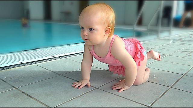 WAAR KRUiPT LUXY HEEN?  ( zwemles) | Bellinga Familie Vloggers #1303