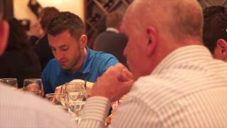 Sponsoren en selectie genieten van gezamenlijk diner