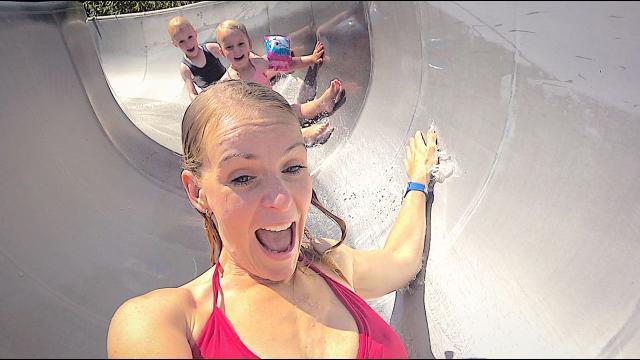 iN WATERPARK BLOEDHETE ZOMERDAG OVERLEVEN    Bellinga Familie Vloggers #1410