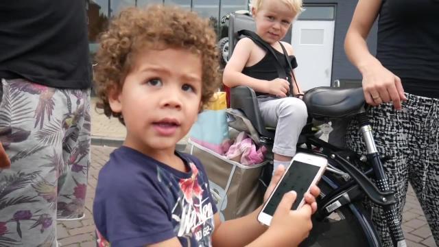 BUITEN SPELEN MET DE POKEMON GO APP | Bellinga Vlog #346