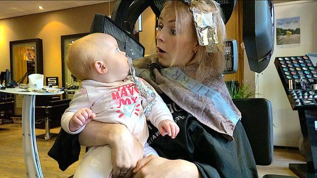 WELKE KLEUR KiEST DE KAPPER ? | Bellinga Familie Vloggers #1160 #DeBellingaS #BellingaTV #FamilieVloggers.nl #FamilyVloggers.com #Youtube #Google