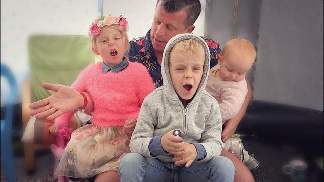 HOE OVERLEVEN WE DEZE STORM?  ( code oranje)   Bellinga Familie Vloggers #1395