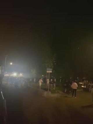 Politie jaagt honderden jongeren het Strandeiland af en de stad uit