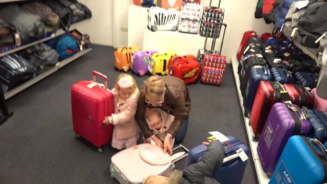 WiE PAST ER iN DE KOFFER CHALLENGE  | Bellinga Familie Vloggers #1164 #DeBellingaS #BellingaTV #FamilieVloggers.nl #FamilyVloggers.com #Youtube #Google